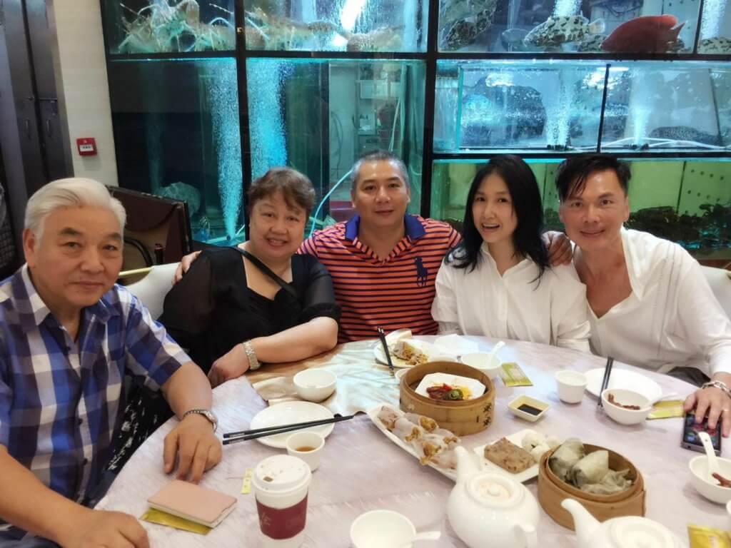 蔡國慶與太太鍾清玲、已移民美國的長子、幼女蔡立兒及女婿歐陽德勛一家合照。