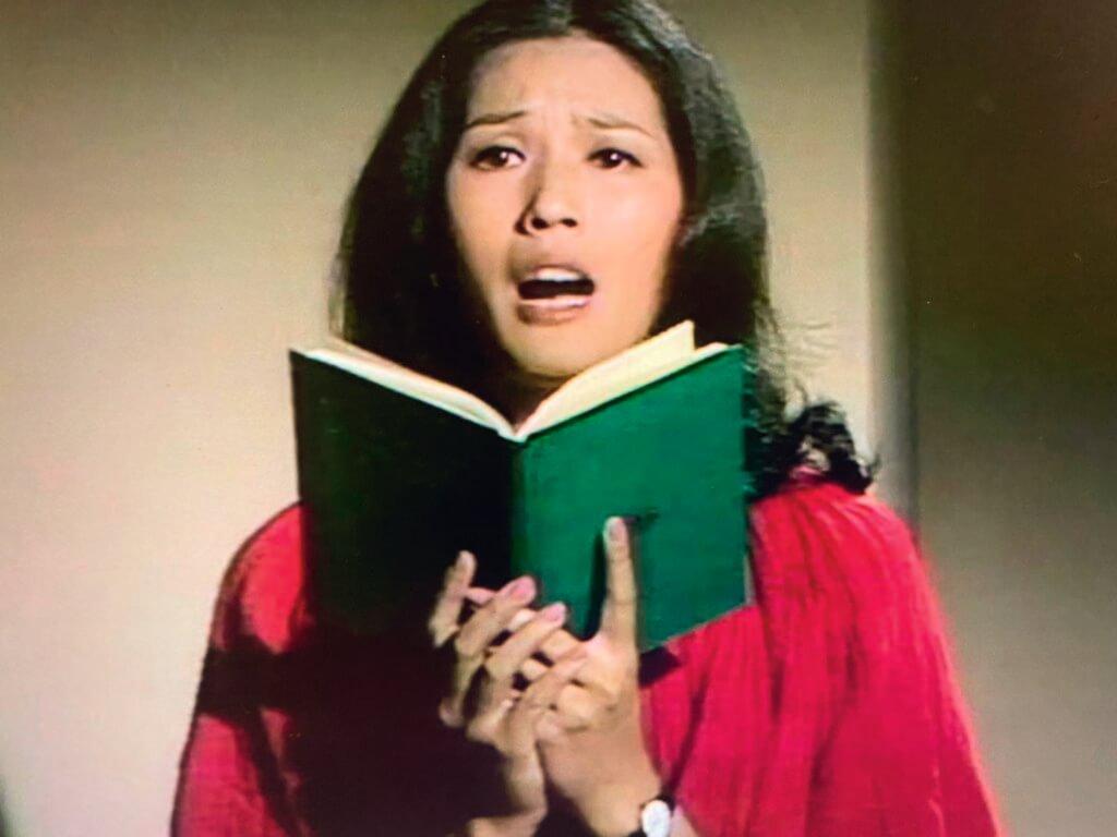 單元劇《畸人列傳》中,黃淑儀是《變態教師》的主角。她飾演的密斯黃會被家長投訴,因為把學生帶回家裏當她演出莎士比亞的《王子復仇記》的觀眾,深夜都不下課。要聽黃淑儀唸to be or not to be,就要當她的學生。