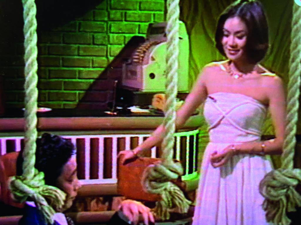 富瑤酒店的大堂酒吧叫Pipe,開宗明義服務男性為主,唯一女侍應林建明的制服是露肩長裙,客人不止街外的,酒店員工也愛來這邊放鬆神經。