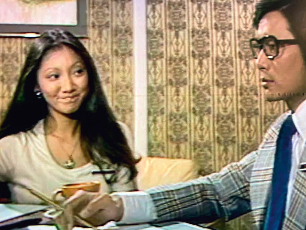 吳正元演出《狂潮》前是菲林拍攝的單元劇的常客。她加盟長劇,因而有着特別的意義:如果說她在那些八至九點時段播放的菲林劇中多是飾演作風開放,言行獨立的女性,她前進到七至八點的時段來,似是象徵,「翡翠劇場」將迎來新的風尚。