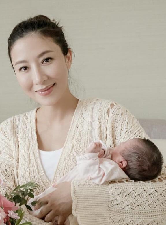 楊怡初為人母,自言「好多嘢都唔識」,仍在坐月的她最近學習補身。