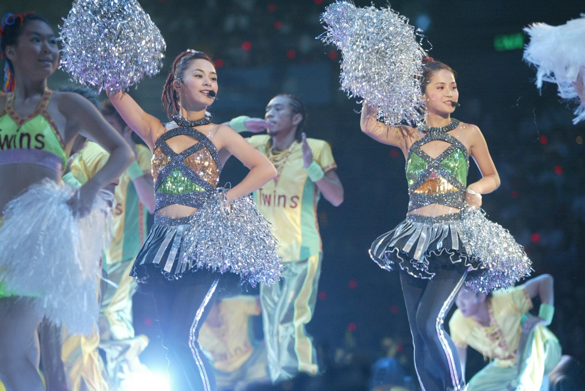 蔡卓妍與鍾欣潼於2001年5月18日出道,翌年即踏足紅館開個唱,聲勢一時無兩。