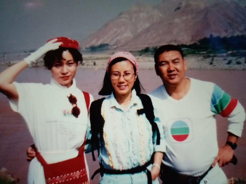 蔡國慶與林其欣及汪明荃赴敦煌拍《怒劍嘯狂沙》,三人在黃河邊合照。