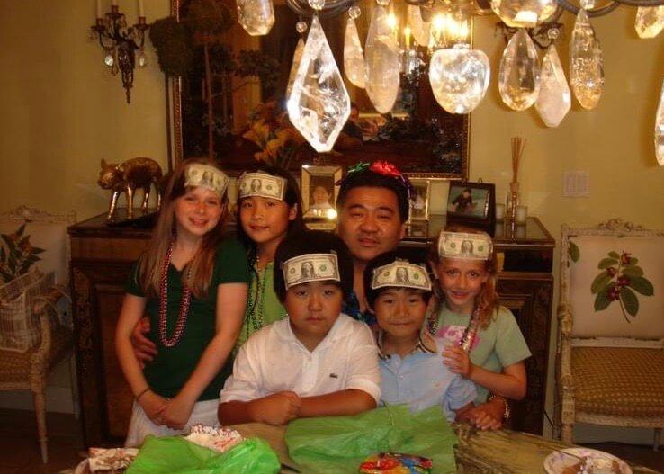 這是Victoria找到的兒時照片,她與弟弟和同學把美鈔貼在額前,與爹哋合照,她覺得這照片很搞笑。