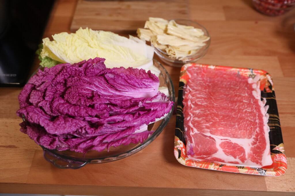 材料:旺菜、紫白菜、豬肉片和枝竹。