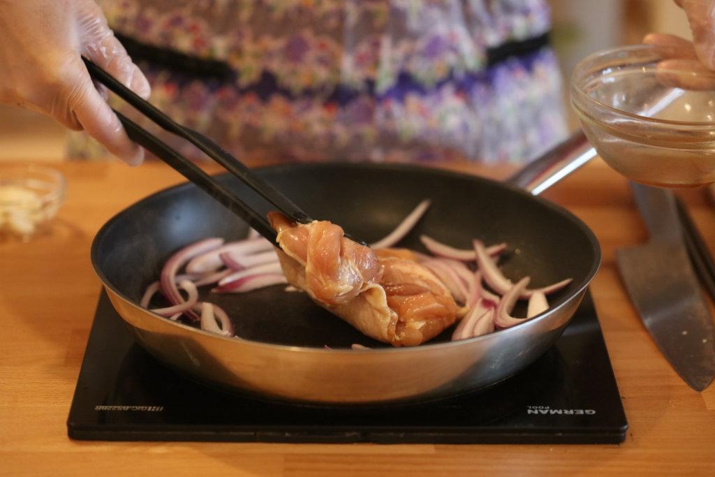 爆香蒜頭,將雞扒煎熟,加入洋蔥半煎煮。