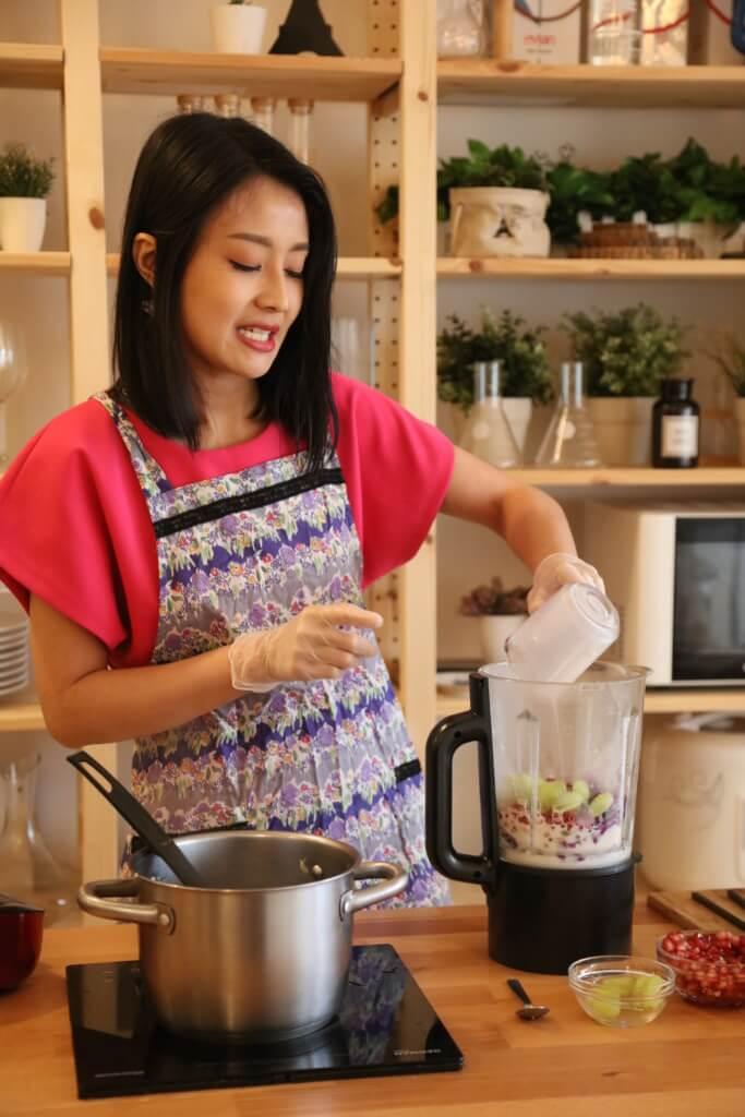 加入紅石榴、提子、植物奶、雜豆、南瓜籽攪拌兩分鐘即成