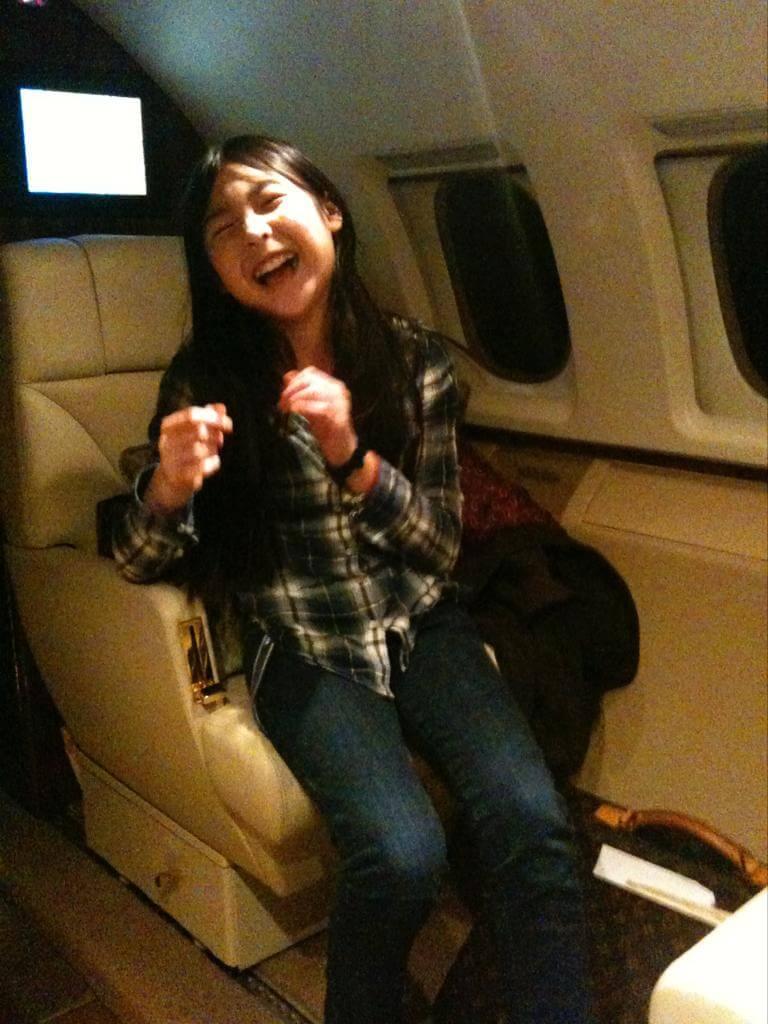 Victoria在胡家的私人飛機上開懷大笑,這是卿卿非常喜歡的照片,她說女兒很少笑得如此盡情。