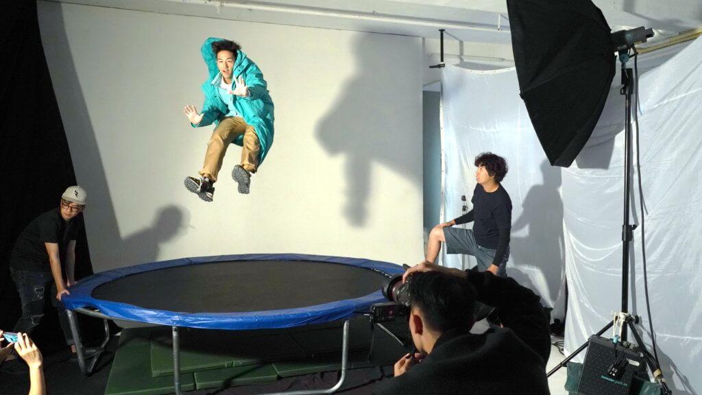 加盟寰亞音樂首張唱片《Detour》,為求拍攝效果,Jay在彈牀跳躍跌倒數百次。