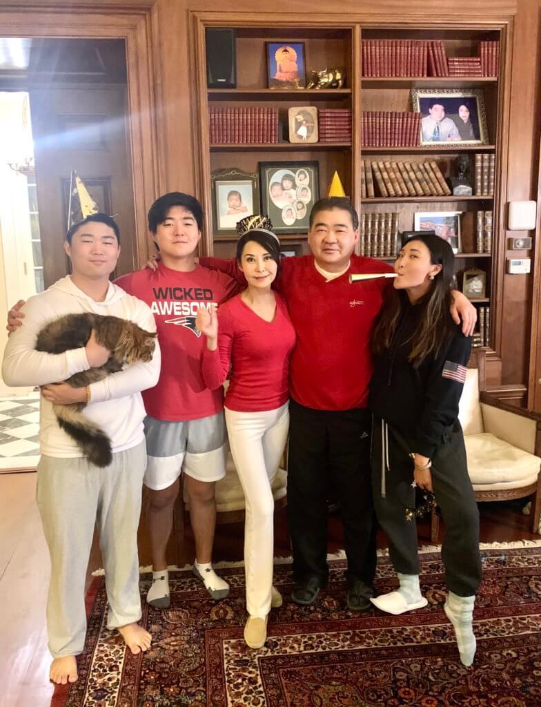 一九九八年,葉玉卿放棄如日中天的演藝事業,與美國華裔商人胡兆明結為夫婦,婚後育有一女兩子。