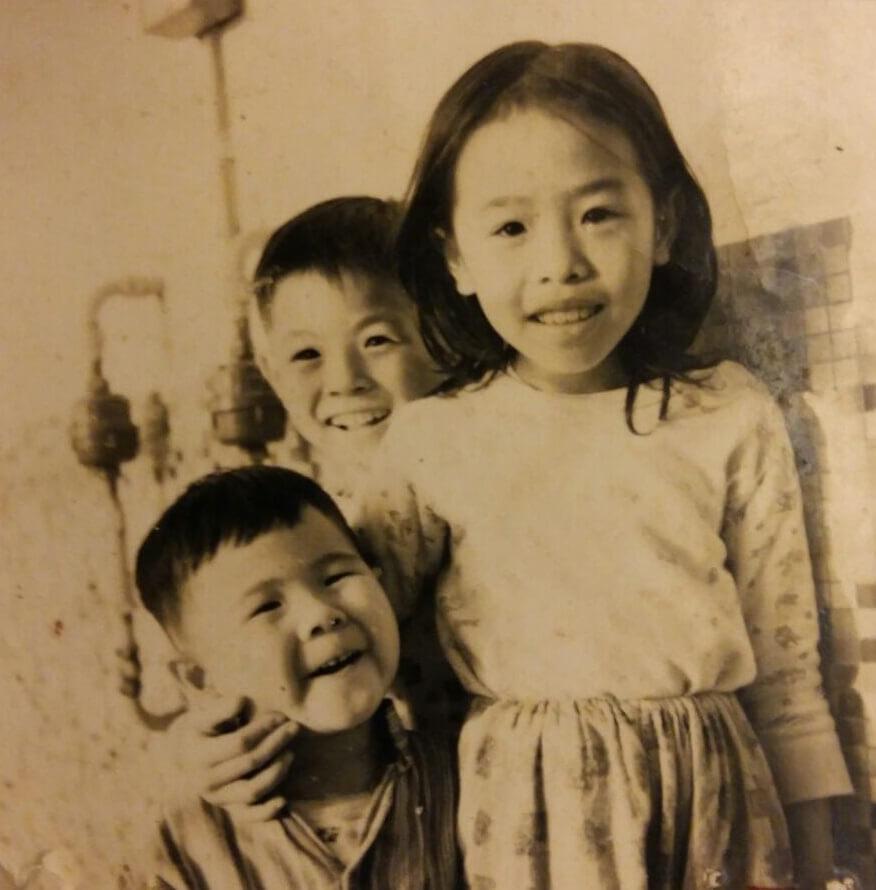 韋家雄(前)和姊姊及哥哥韋家輝(後),童年吃過不少苦頭。