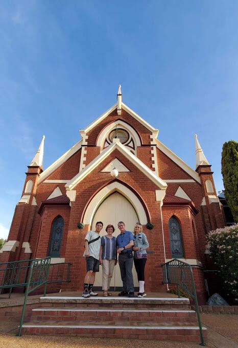 她與老公重遊當年父母結婚的教堂,緬𠐦一番。