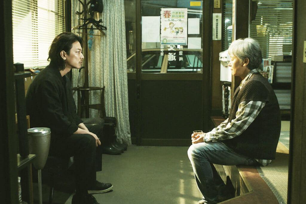 佐藤健飾演的二仔雄二,面對母親田中裕子出獄回家,心情複雜。