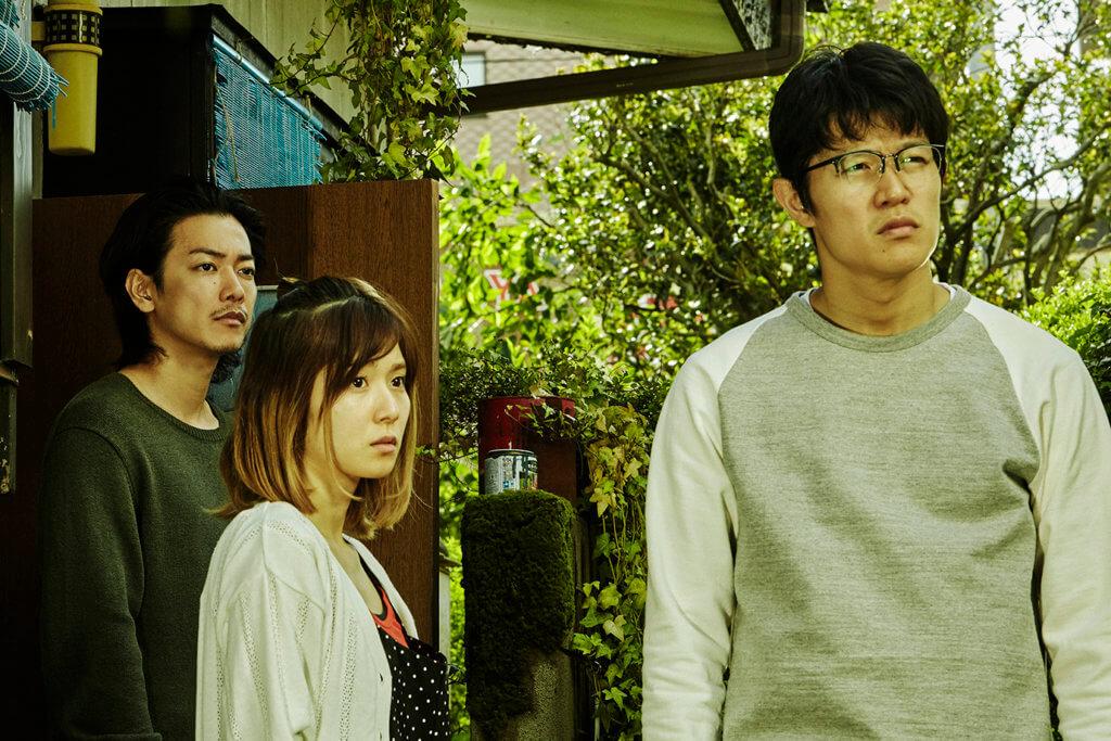 鈴木亮平(右)飾演從小就因為口吃而不擅與人溝通的長子大樹,入型入格。