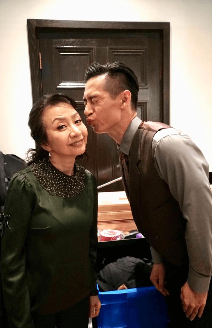 嘉雯姐剛為ViuTv新劇《暖男爸爸》趕工,同劇演員得知拍檔獲獎紛紛道賀,駱振偉向嘉雯姐獻吻。