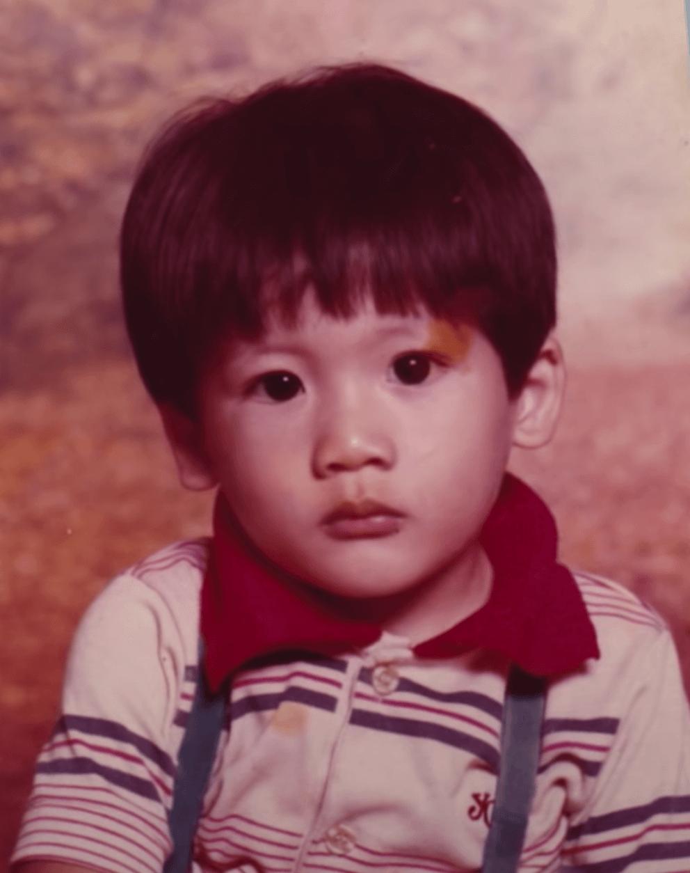 童年時的Kenny眼大大,十分可愛!