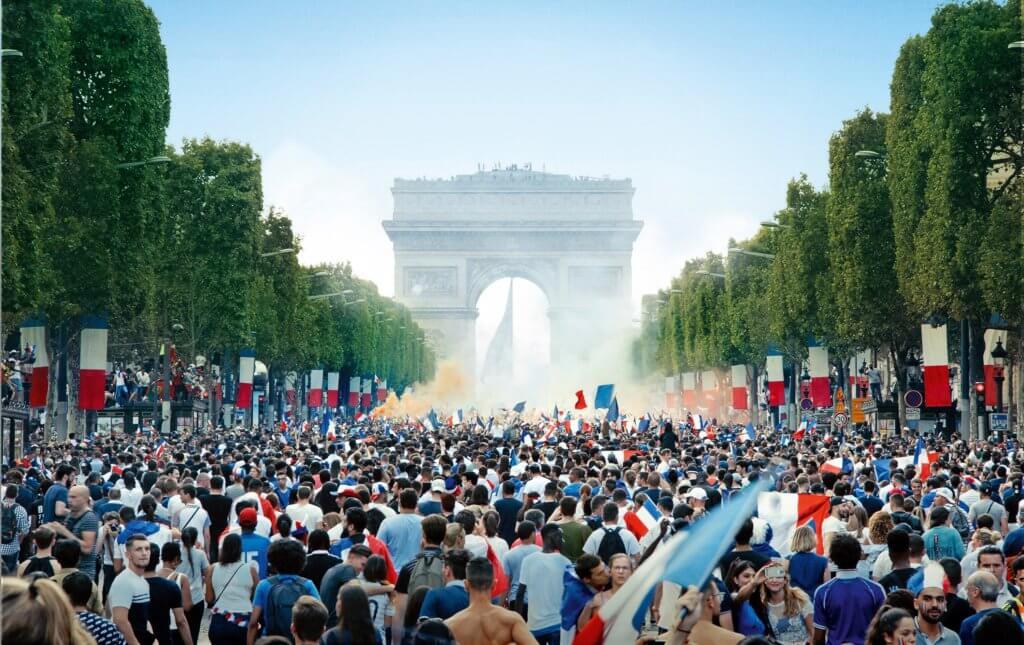 《孤城淚》以法國首度贏得世界盃冠軍後舉國歡騰走上街作開場,之後卻引爆一場街頭騷動。