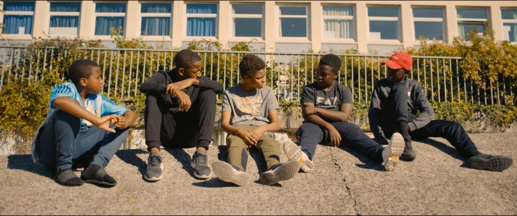 片中的非裔男童(中)因偷了馬戲團小獅子被警員濫暴對待受傷,後來發起攬炒反抗暴動。