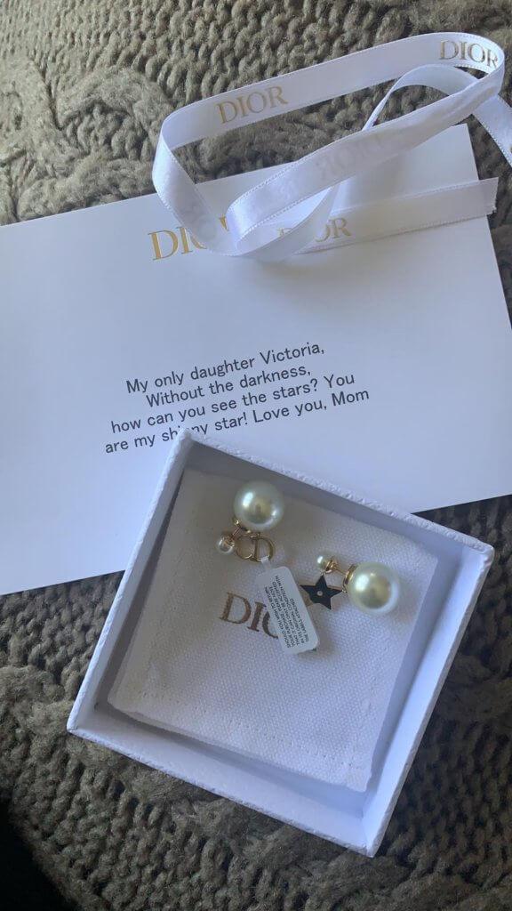 卿卿送給女兒的生日禮物是一雙Dior耳環,其中一隻有星星吊飾,卿卿在禮物卡寫着「You Are My Shiny Star!」不過Victoria不喜歡這份禮物,卿卿已另選Vancleef項鏈吊墜。