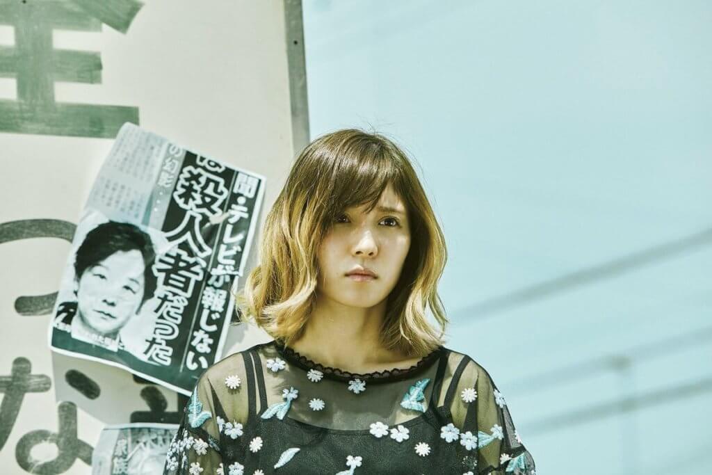 松岡茉優飾演的三妹因為被貼上「殺人犯女兒」的標籤,不得不放棄成為髮型師的夢想。