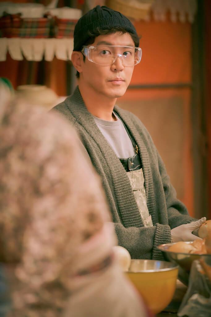 崔元英飾演的鬼班長,在路邊攤中經常剥洋蒽,所以要戴護目鏡。