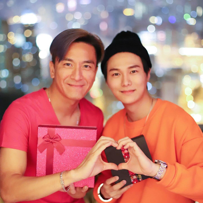 胡鴻鈞在fb上載去年聖誕節交換禮物照片,二人的心心手勢好有默契。