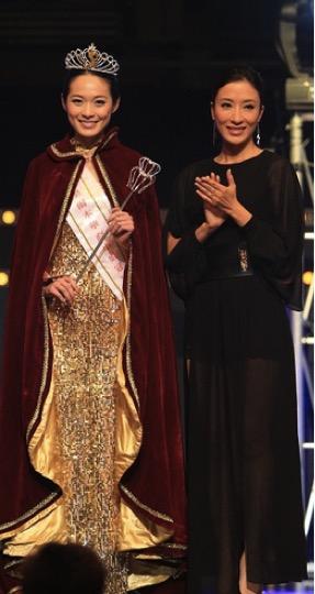 一二年參加墨爾本華裔小姐成為七料冠軍,由楊怡頒獎。