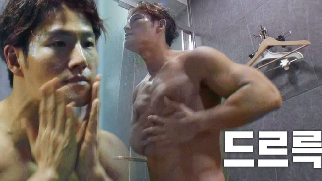 金鍾國曾在綜藝節目中曬肌,韓劇必殺技之一的出浴戲當然也難不到他。