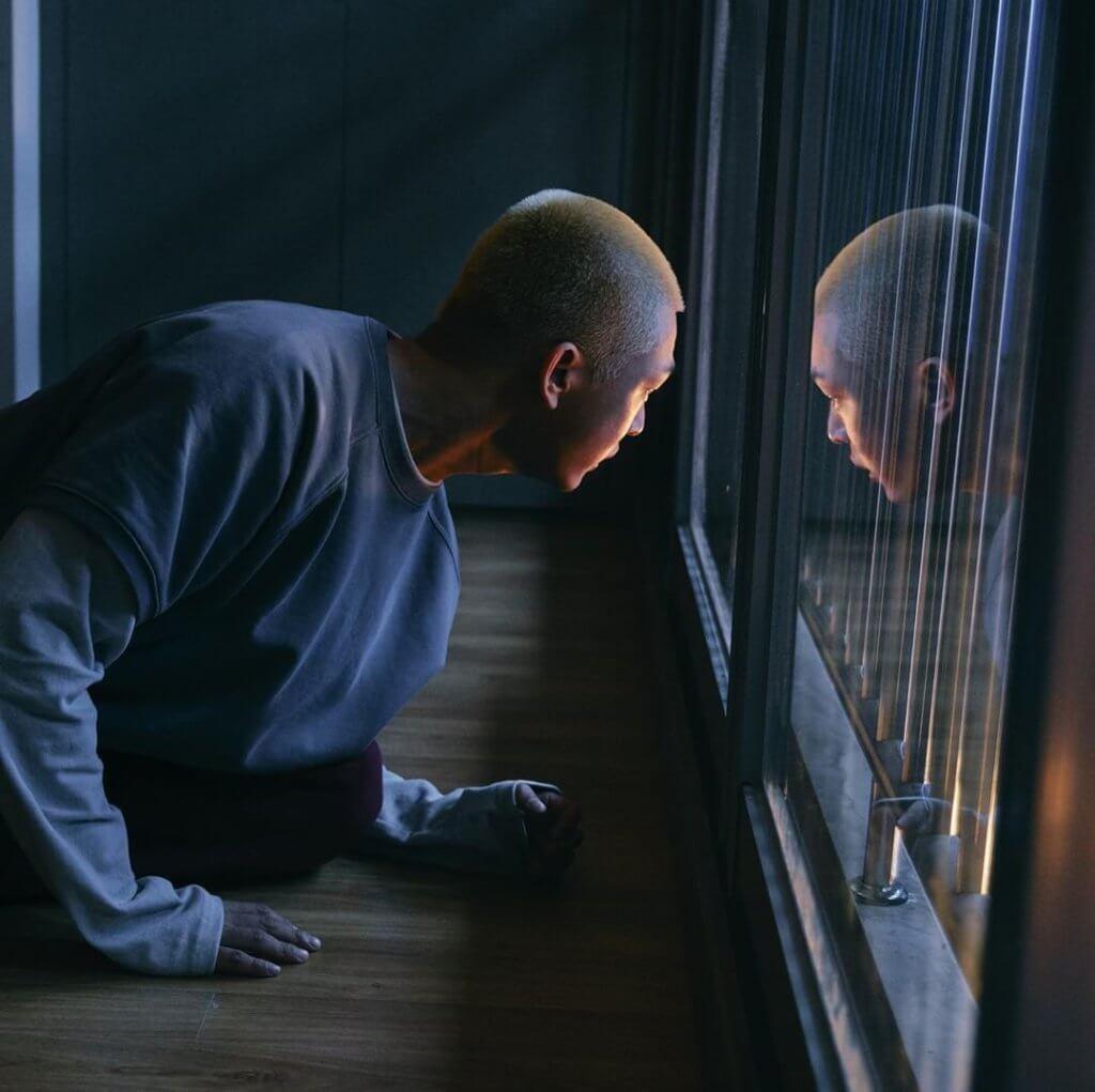劉亞仁在片中被困在家中,危急之際發現同樣無路可走的朴信惠。