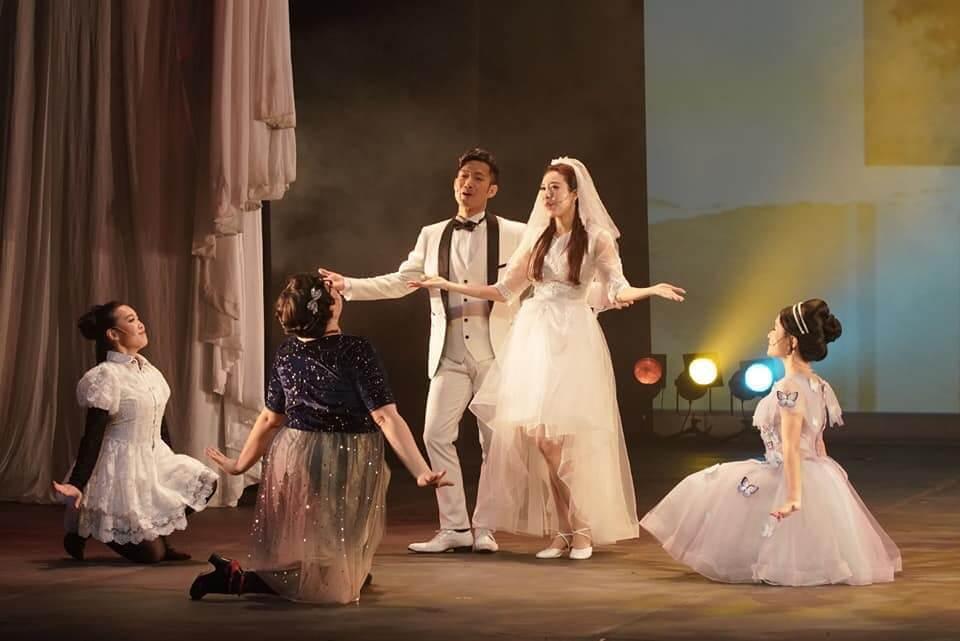 敖嘉年去年底演出舞台劇《卿本佳人》,劇中又唱又跳,原本在四月公演的舞台劇《天涯歌女》受疫情影響延期。