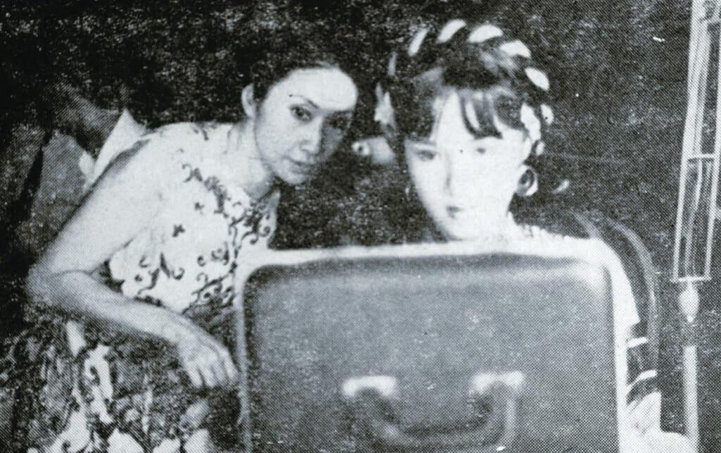 拍攝《辭郎洲》劇照時,仙姐親自指導,為她添裝。