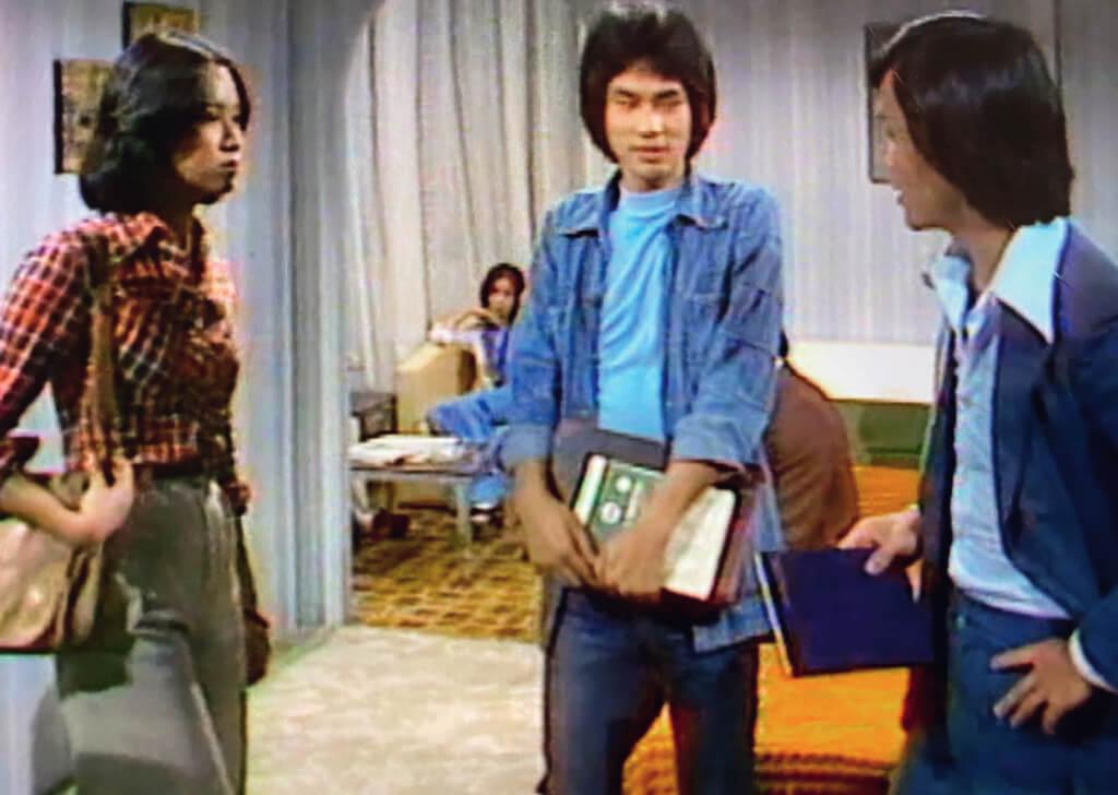 穿西裝的是高級督察(黃元申),牛仔衫褲是便裝(任達華),遠處是女服務員(林建明),被問話的是酒店房客(朱玲玲)。四個人帶着角色「同框」,如同在化妝舞會中合照:相請不如偶遇。