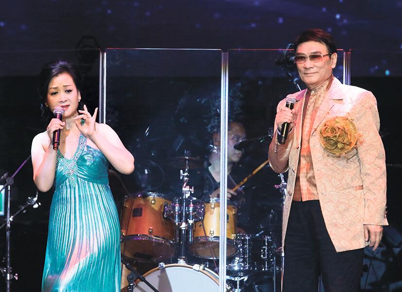 炳哥與女兒首度同台合唱《分飛燕》,炳哥坦言她的歌喉「唔係咁好」,但她喜歡唱歌就讓她玩玩。