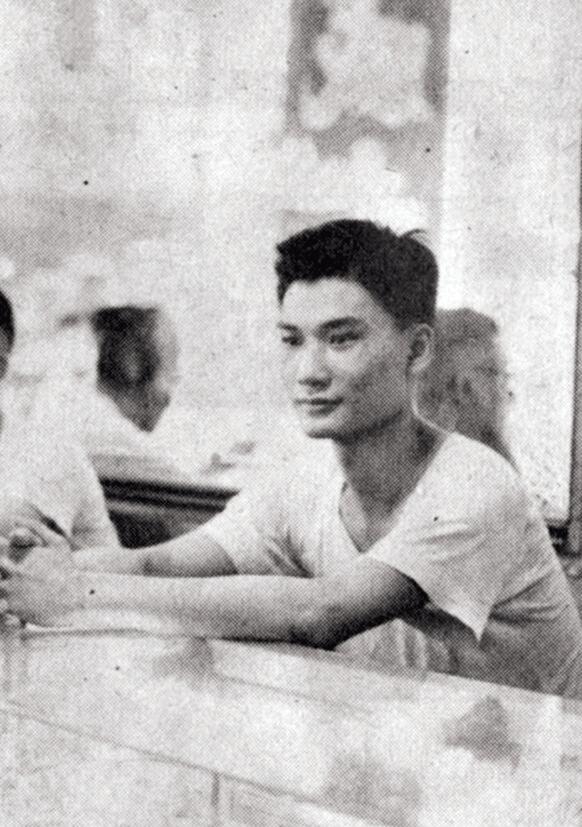 廿歲時,炳哥在爸爸開設的金舖工作,覺得工作苦悶,去投考播音員。