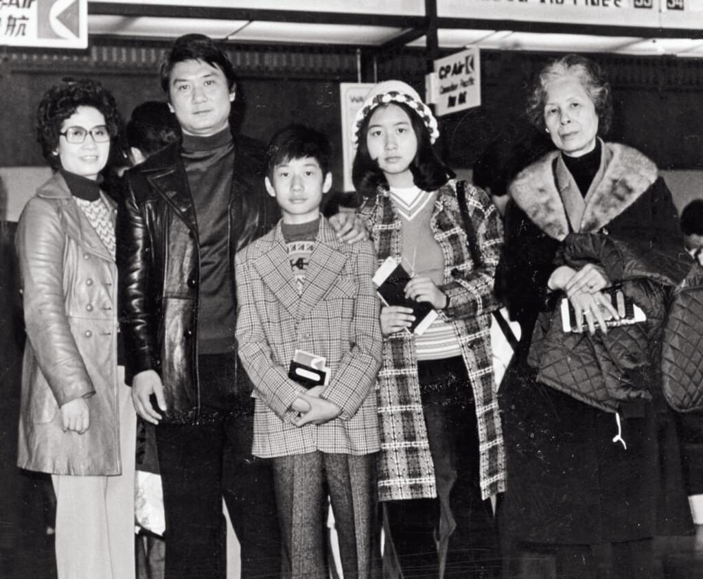 炳哥與母親、太太及一對子女到外地旅遊;兒子在幾歲大時到過加拿大,便嚷着要到當地讀書,十二歲時,瞞着爸爸,與母親及嫲嫲夾埋,買了機票飛到加拿大讀書。