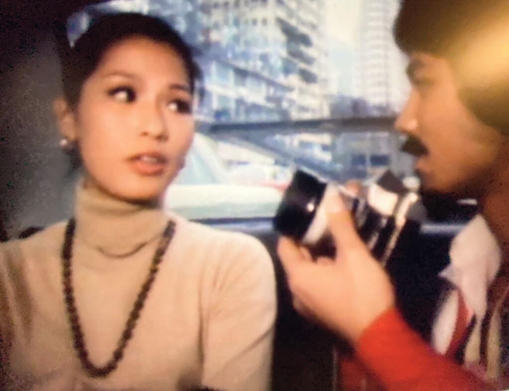 他多次要把鏡頭近距離對準她,但沒有一次得到她的合作。她對他身上更感興趣的,不是攝影機,卻是他隨身攜帶的口琴。口琴是他孤寂時的伴,攝影機則是用來和他人建立關係。所以,她不是對他沒興趣,只是不想跟他有關係。