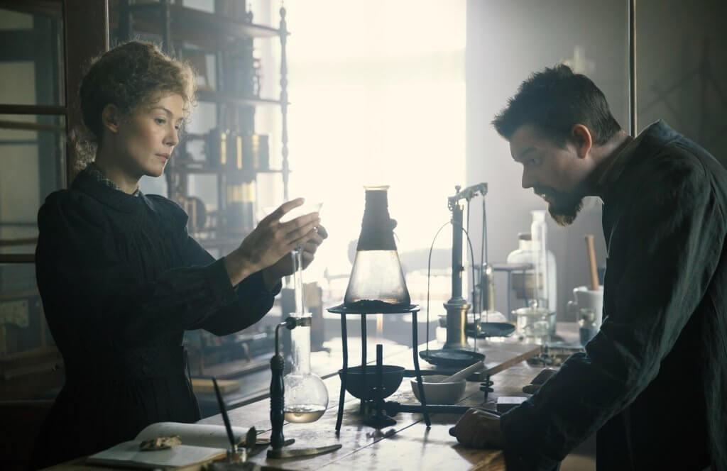 露莎蒙扮演的瑪麗與森萊利飾演的皮耶居禮有共同興趣,是一對科研夫婦。