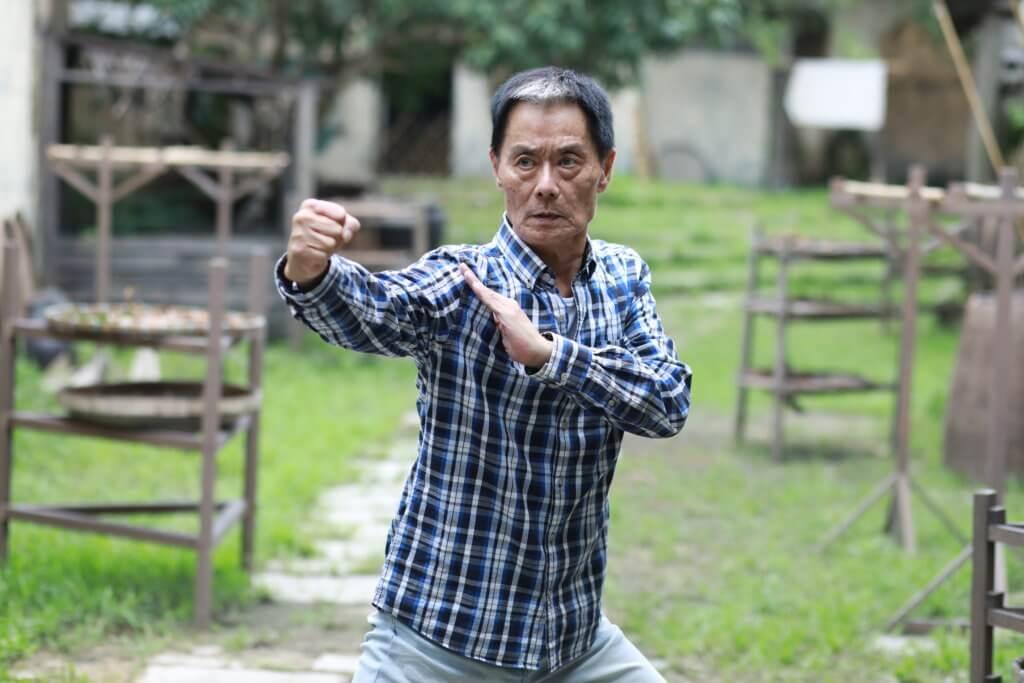 徐忠信八歲開始學京劇和功夫,入行後主力做演員和武指工作。