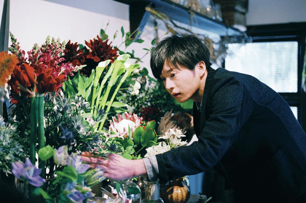 田中圭為演好花店店主角色,不斷練習插花,演出十分有說服力。