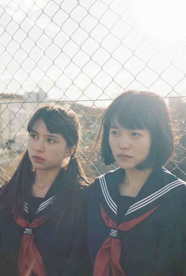 志田彩良(左)飾演暗戀田中的中學生宏美,拒絕學妹陽子的表白,兩人卻成為閨密。