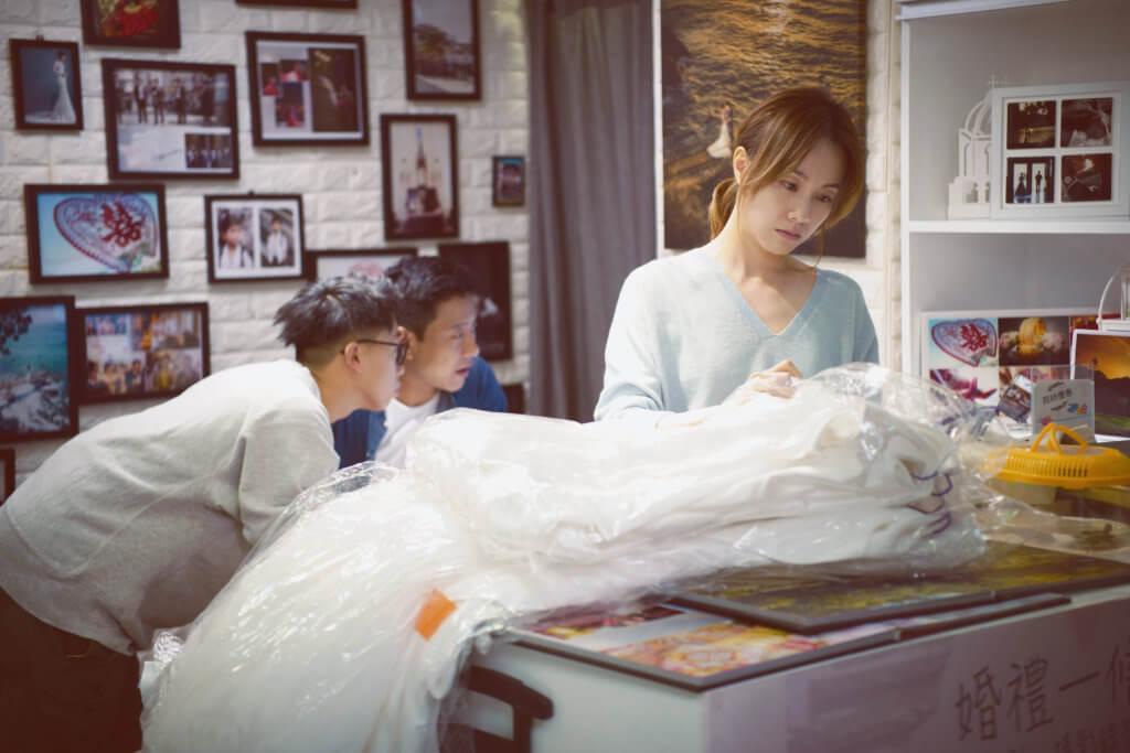 鄧麗欣飾演的張莉芳在金都商場的婚紗店工作,角色貼地而真實。