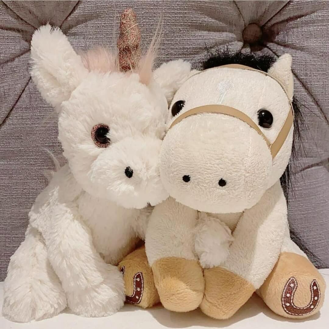 馬明與靚湯在凌晨零時分零,分別在 IG上載兩隻玩具馬仔依偎在一起的照片。