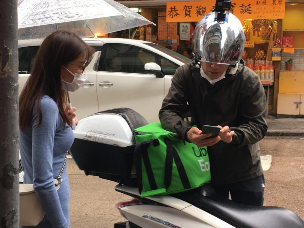 敖嘉年在ViuTV節目《中佬唔易做》駕駛電單車送外賣,他感恩有此經驗,體驗到其他行業的困難。