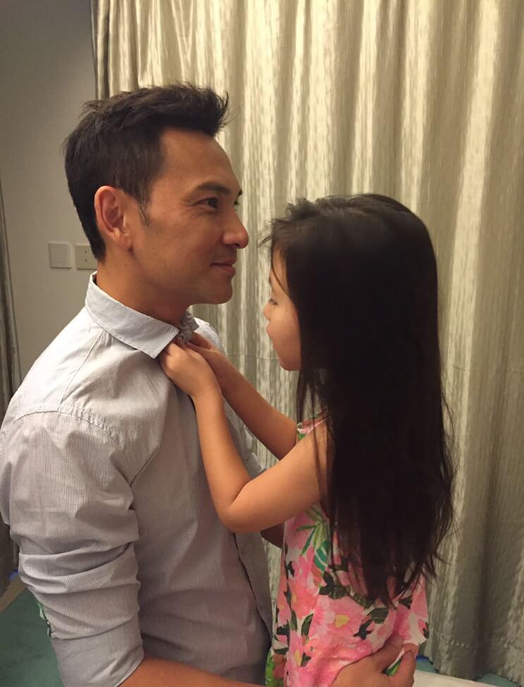 林文龍平日穿恤衫習慣不扣頸喉鈕,有次女兒以為他忘記了,還主動幫他扣上,老婆即時拍下這個溫馨時刻。