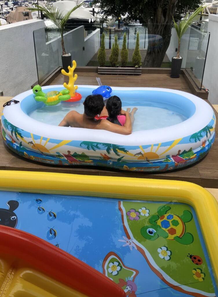前陣子因為疫情停課,林文龍與女兒多了時間相聚,父女二人會一起去跑步,又會在家中花園的吹氣水池嬉水。