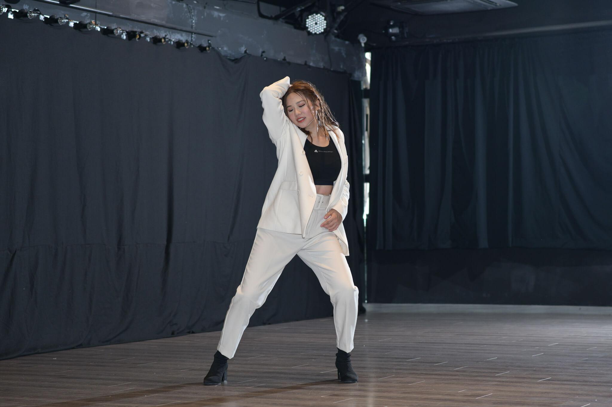 跳舞時身體隨着音樂舞動,她說感覺十分正。