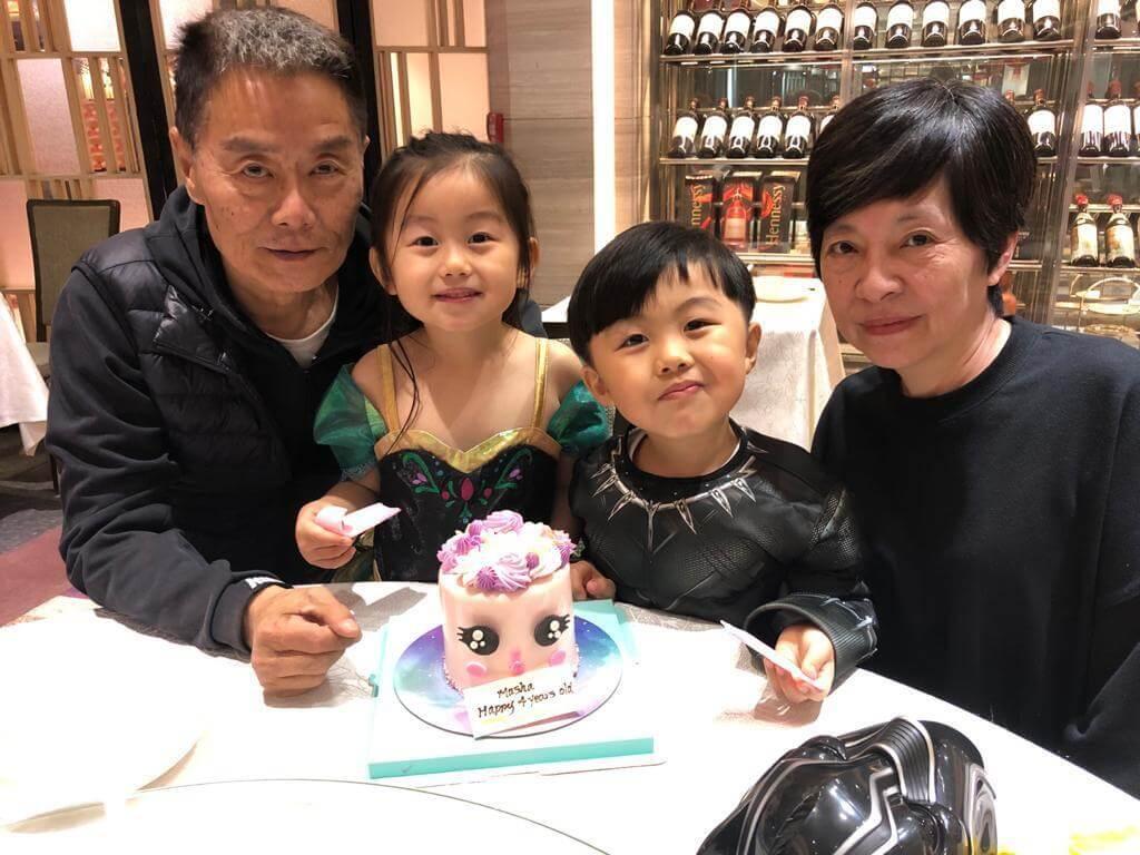 徐忠信的太太是台灣人,榮陞爺爺的他,經常弄孫為樂。