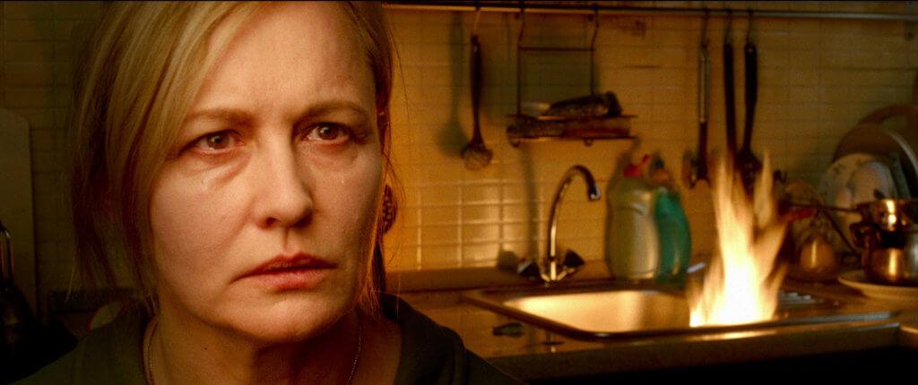 女主角的母親在片中增加不少笑點,令情節更荒謬。