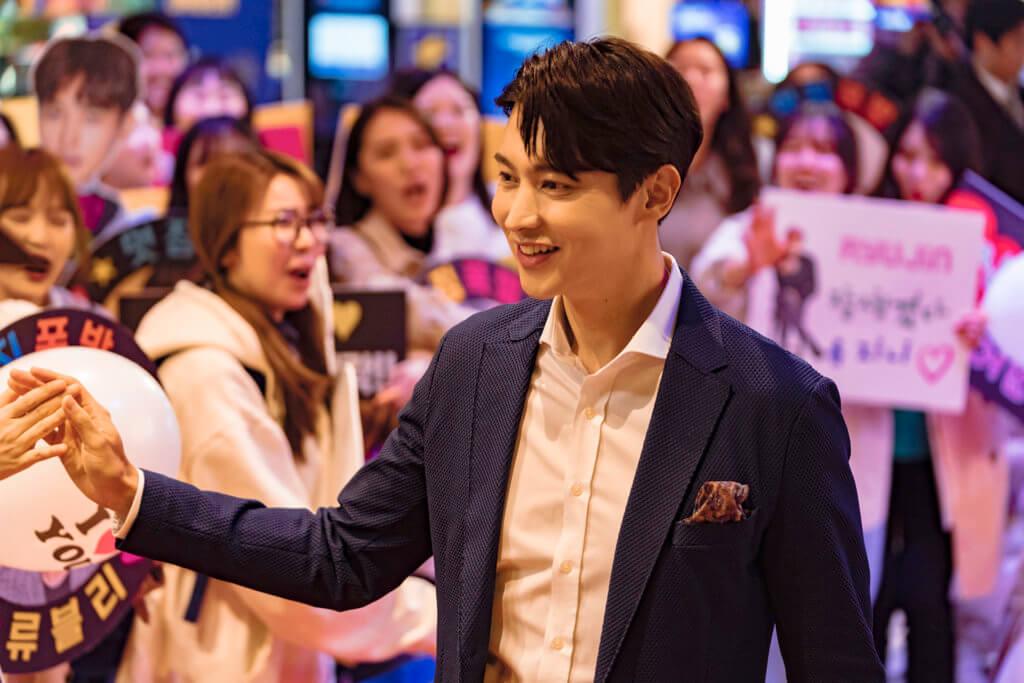 宋鍾鎬飾演大明星,擁有大批影迷 。