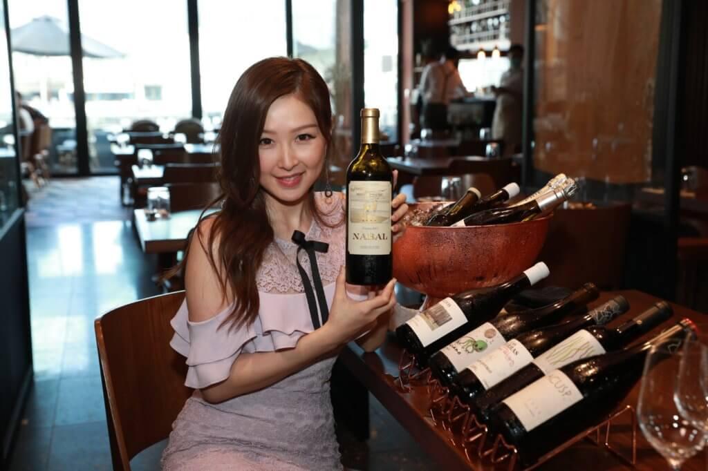 樂瞳售賣的紅酒屬平民價格,約數百元一支。
